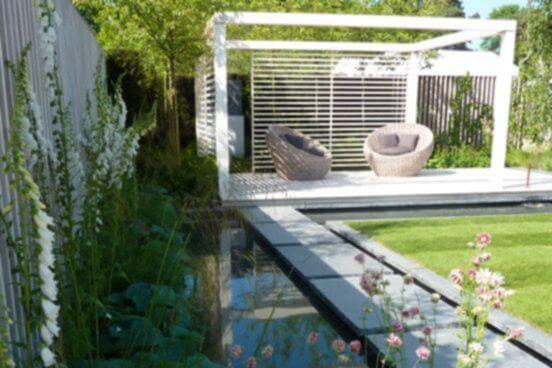 Moderne Gartenarchitektur mit klaren Linien und Formen. Reduzierte Form - und Farbauswahl.