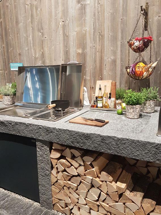 Gartengestaltung mit moderner Außenküche.