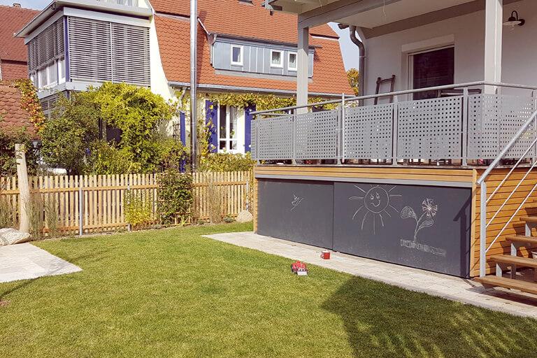 Gartenplanung eines Familiengartens in Derendingen. Terrassenverkleidung mit Maltalfeln für die Kinder.