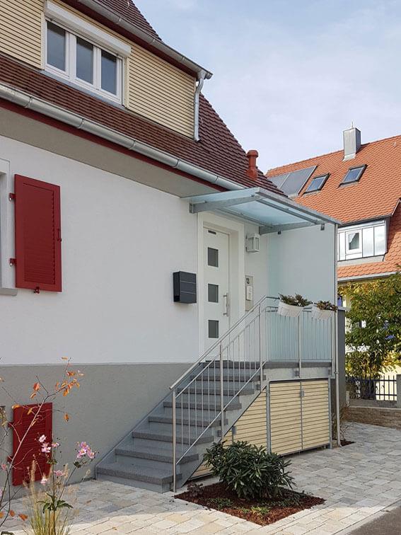 Umgestaltung des Vorgartens mit neuem Hauseingang.