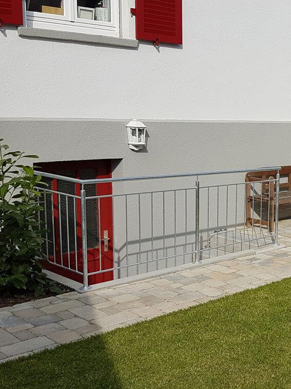 Neuer Kellertreppenabgang mit Stahlgeländer.