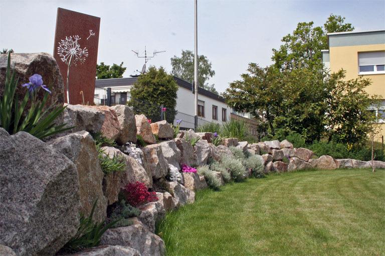 Natursteintrockenmauer aus Granitfindlingen