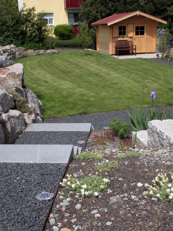 Blick in den Garten mit Gartenhaus