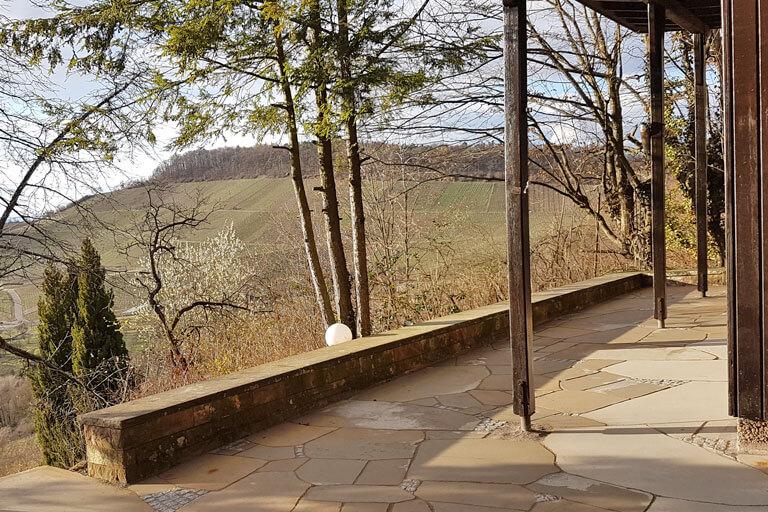 Terrassengestalung mit Polygonalplatten.